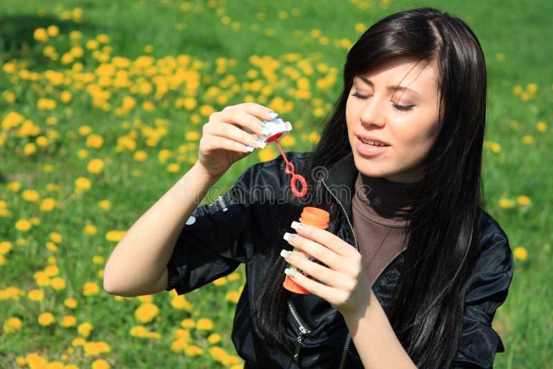 φυσώντας γυναίκα φυσαλί&de στοκ εικόνες