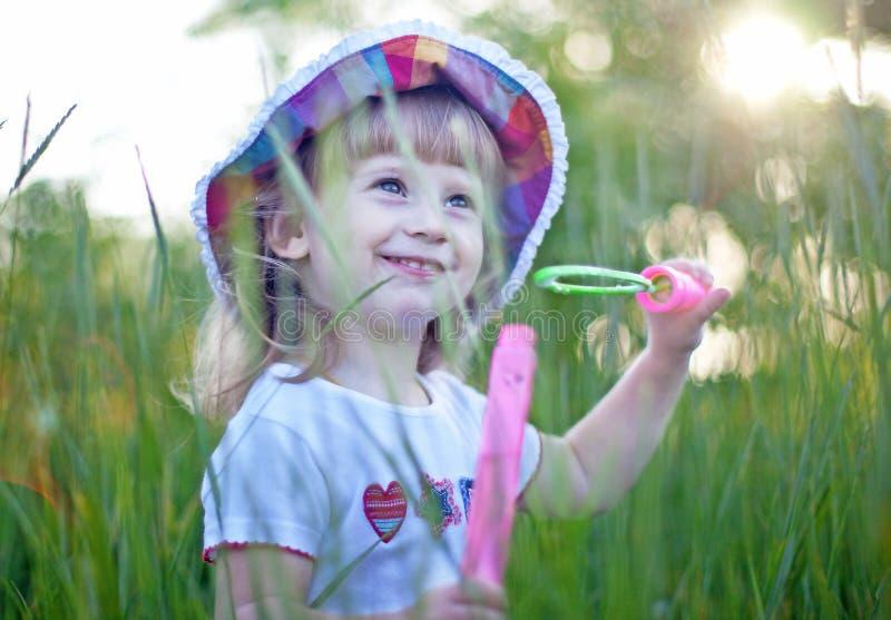 φυσώντας κορίτσι φυσαλίδων ελάχιστα στοκ εικόνες