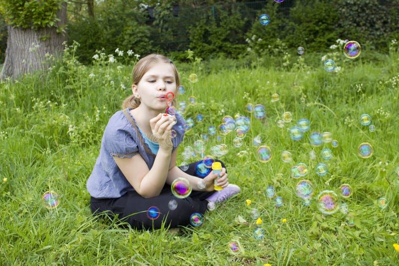 φυσώντας κορίτσι φυσαλίδων λίγο σαπούνι στοκ φωτογραφία με δικαίωμα ελεύθερης χρήσης