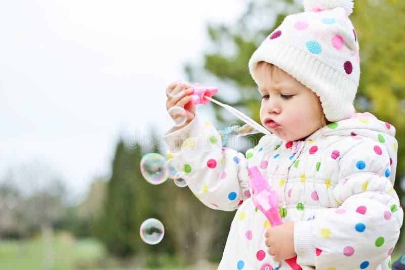 φυσώντας σαπούνι κοριτσ&iota στοκ φωτογραφία