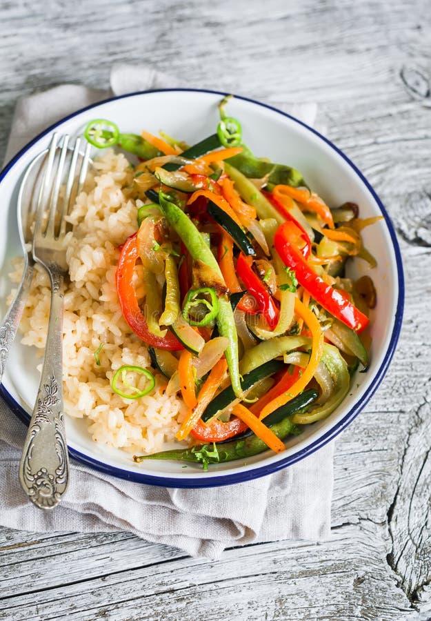 Φυτικά ανακατώνω-τηγανητά και ρύζι σε ένα πιάτο σμάλτων στοκ εικόνες