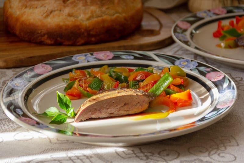 Φυτική σαλάτα και ένα κομμάτι του συκωτιού στοκ φωτογραφία με δικαίωμα ελεύθερης χρήσης