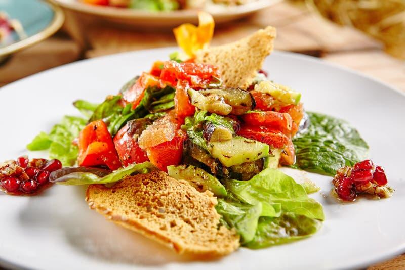 Φυτική σαλάτα σχαρών με την ψημένη στη σχάρα μελιτζάνα στοκ εικόνα