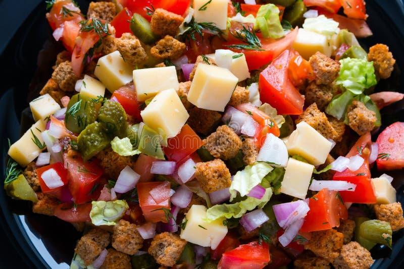 Φυτική σαλάτα με τη μαγιονέζα στο άσπρο πιάτο στοκ φωτογραφίες με δικαίωμα ελεύθερης χρήσης