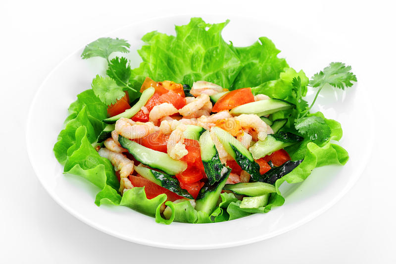 Φυτική σαλάτα με τις γαρίδες, αγγούρι, ντομάτες, σκόρδο, γαρίδες στοκ φωτογραφία