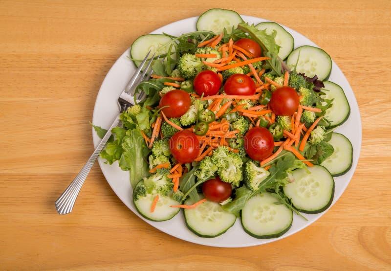 Φυτική σαλάτα με τις ντομάτες κερασιών και τα πιπέρια του Cayenne στοκ εικόνες με δικαίωμα ελεύθερης χρήσης