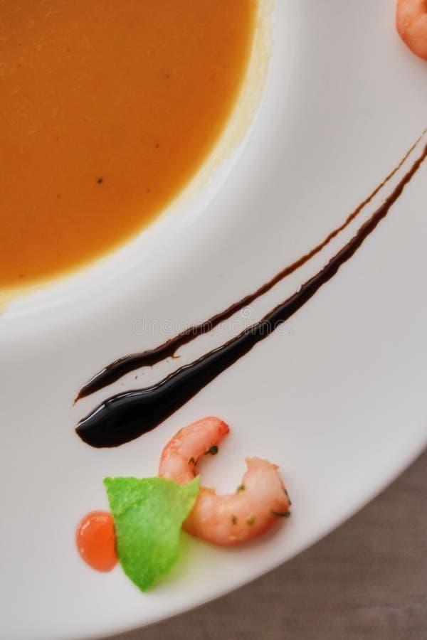 Φυτική σούπα κρέμας με το καρότο στο άσπρο κύπελλο Τοπ άποψη σχετικά με ένα τραχύ άσπρο ύφασμα μοριακή κινηματογράφηση σε πρώτο π στοκ εικόνες