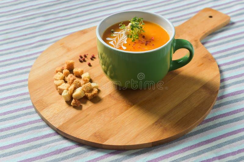 Φυτική σούπα κρέμας με croutons στοκ εικόνα με δικαίωμα ελεύθερης χρήσης