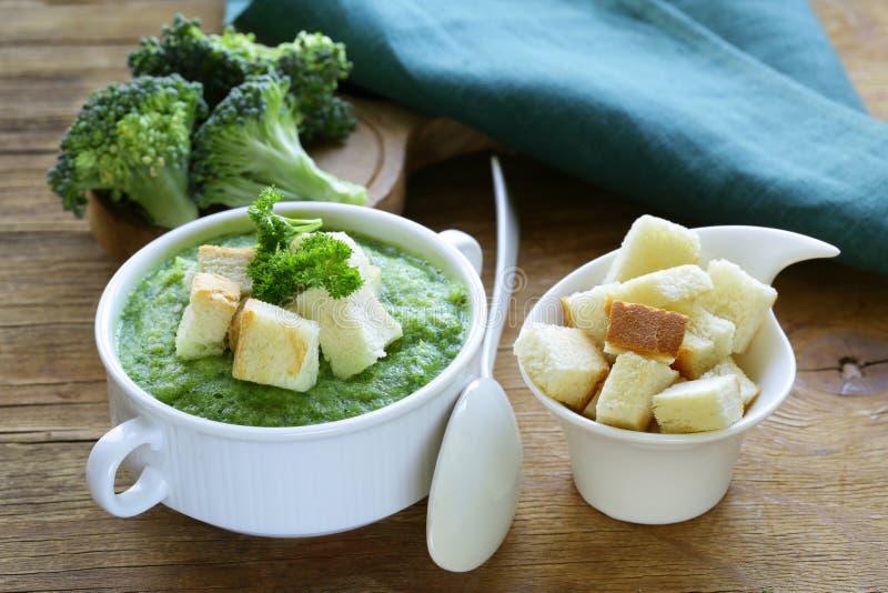 Φυτική σούπα κρέμας μπρόκολου με άσπρα croutons στοκ φωτογραφίες