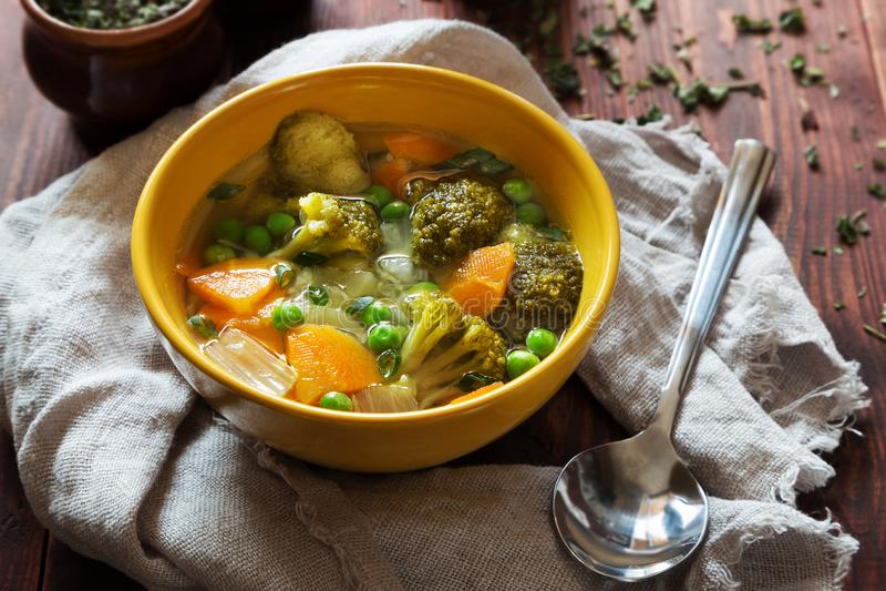 φυτική σούπα με τα καρότα, τα πράσινα μπιζέλια και το μπρόκολο στοκ εικόνα με δικαίωμα ελεύθερης χρήσης