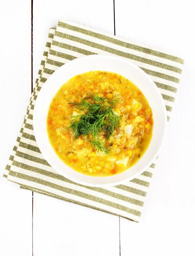 Φυτική σούπα με το κίτρινο φασόλι, μπιζέλι, πατάτα, καρότο, κόκκινο πιπέρι στοκ εικόνες