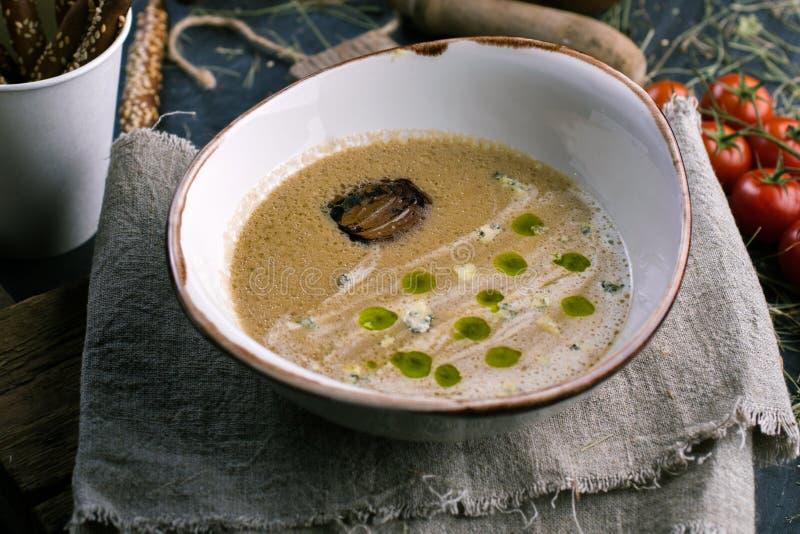 Φυτική σούπα με το μπλε τυρί και breadsticks στοκ φωτογραφίες με δικαίωμα ελεύθερης χρήσης
