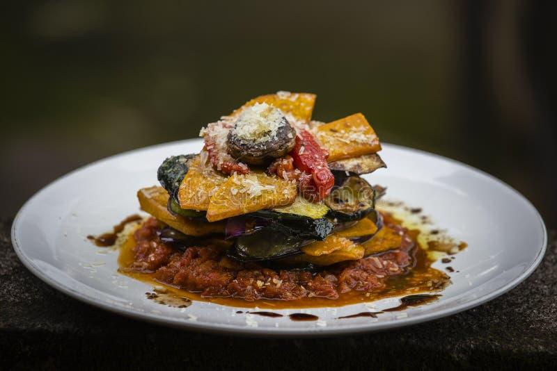 Φυτικός σωρός - κολοκύθα, κολοκύθια, κόκκινο καψικό, μελιτζάνα και μανιτάρι που μαγειρεύονται σε μια ντομάτα, ένα κρεμμύδι, και μ στοκ εικόνα