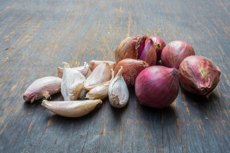 Φυτικό και κόκκινο κρεμμύδι σκόρδου στοκ φωτογραφίες με δικαίωμα ελεύθερης χρήσης