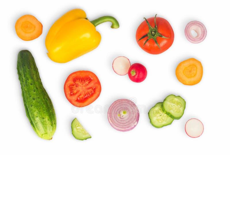 Φυτικό μίγμα απομονωμένο στο λευκό υπόβαθρο Φρέσκο κίτρινο πιπέρι, τεμαχισμένες ντομάτες, κρεμμύδι, στρογγυλή φέτα αγγουριών, καρ στοκ εικόνες με δικαίωμα ελεύθερης χρήσης