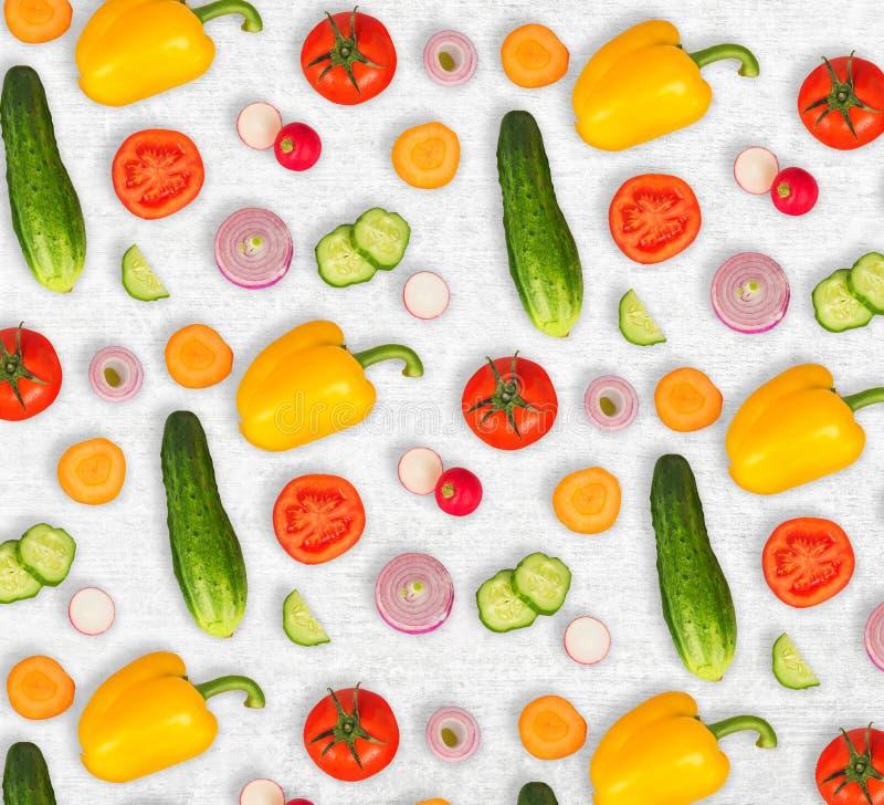 Φυτικό μίγμα στο άσπρο ξύλινο απομονωμένο υπόβαθρο Φρέσκο κίτρινο πιπέρι, τεμαχισμένες ντομάτες, κρεμμύδι, στρογγυλή φέτα αγγουρι στοκ φωτογραφία