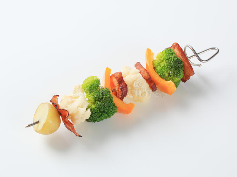Φυτικό οβελίδιο με τα κομμάτια της τηγανισμένης κοιλιάς χοιρινού κρέατος στοκ εικόνες