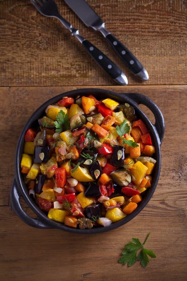 Φυτικό stew: μελιτζάνες, πιπέρι πάπρικας, ντομάτες, κολοκύθια, καρότα και κρεμμύδια Μαγειρευμένη φυτική σαλάτα στοκ εικόνα με δικαίωμα ελεύθερης χρήσης