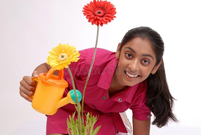 Φυτό ποτίσματος νέων κοριτσιών στοκ εικόνα