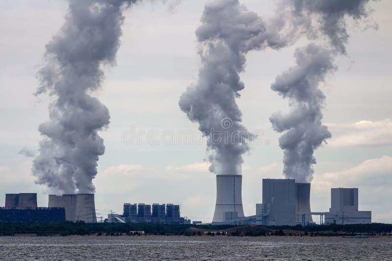 Φυτό πυρηνικής ενέργειας στην ακτή στοκ εικόνα με δικαίωμα ελεύθερης χρήσης