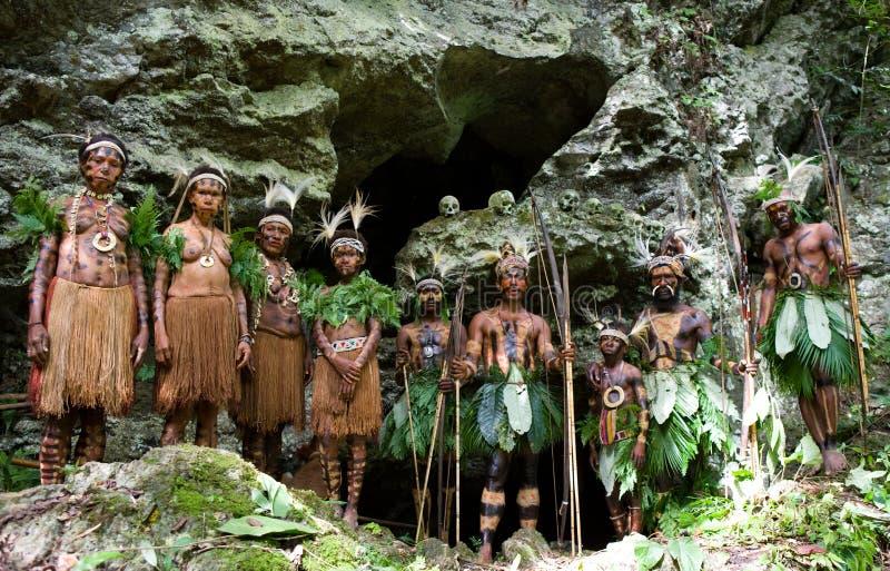 Φυλή Yaffi μερικών ανθρώπων στο πολεμικό χρώμα με τα τόξα και τα βέλη σε μια σπηλιά γύρω από μια τελετουργική πυρκαγιά Νησί της Ν στοκ φωτογραφία με δικαίωμα ελεύθερης χρήσης