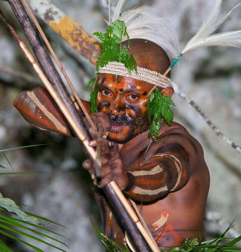 Φυλή Yaffi πολεμιστών στο πολεμικό χρώμα με τα τόξα και τα βέλη στη σπηλιά Νησί της Νέας Γουϊνέας στοκ φωτογραφίες