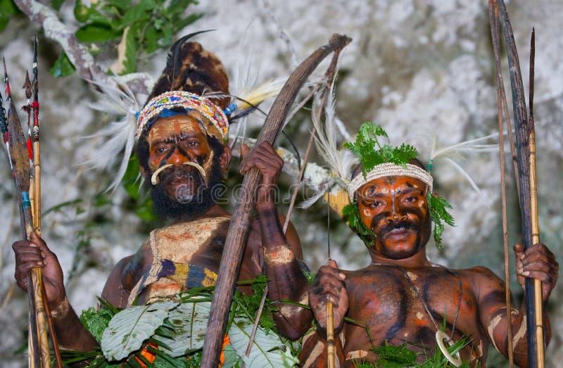 Φυλή Yaffi πολεμιστών στο πολεμικό χρώμα με τα τόξα και τα βέλη στη σπηλιά Νησί της Νέας Γουϊνέας στοκ φωτογραφία με δικαίωμα ελεύθερης χρήσης
