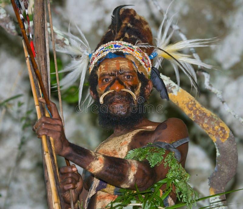 Φυλή Yaffi πολεμιστών στο πολεμικό χρώμα με τα τόξα και τα βέλη στη σπηλιά Νησί της Νέας Γουϊνέας στοκ εικόνες με δικαίωμα ελεύθερης χρήσης