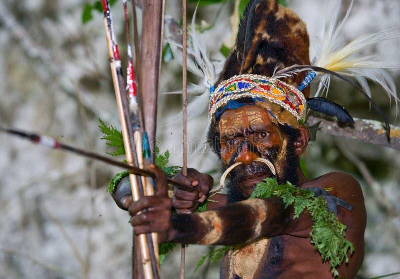 Φυλή Yaffi πολεμιστών στο πολεμικό χρώμα με τα τόξα και τα βέλη στη σπηλιά Νησί της Νέας Γουϊνέας στοκ εικόνα με δικαίωμα ελεύθερης χρήσης