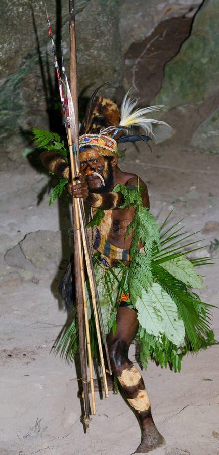 Φυλή Yaffi πολεμιστών στο πολεμικό χρώμα με τα τόξα και τα βέλη στη σπηλιά Νησί της Νέας Γουϊνέας στοκ εικόνα