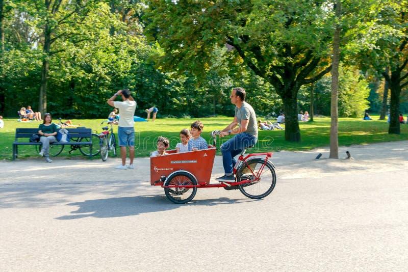 φυλακτών Ποδηλάτες στις οδούς πόλεων στοκ εικόνες με δικαίωμα ελεύθερης χρήσης