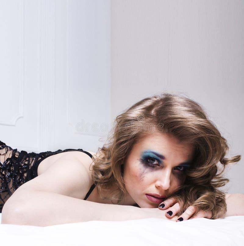 Φωνάζοντας γυναίκα που βάζει στο κρεβάτι που πιέζεται, πραγματικός ξανθός στοκ εικόνα με δικαίωμα ελεύθερης χρήσης