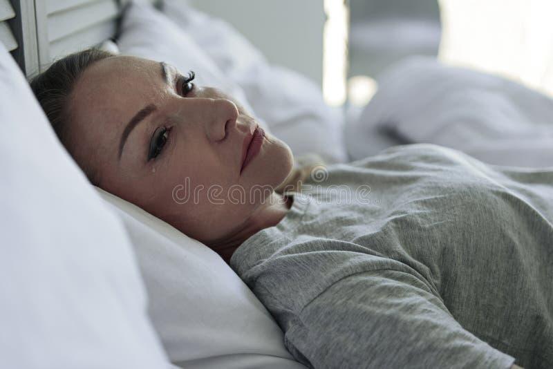 Φωνάζοντας γυναίκα που βρίσκεται στην κρεβατοκάμαρα στοκ εικόνες με δικαίωμα ελεύθερης χρήσης
