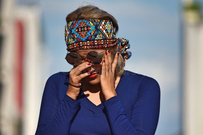 Φωνάζοντας ενήλικο πρόσωπο που φορά τα γυαλιά ηλίου στοκ φωτογραφία με δικαίωμα ελεύθερης χρήσης