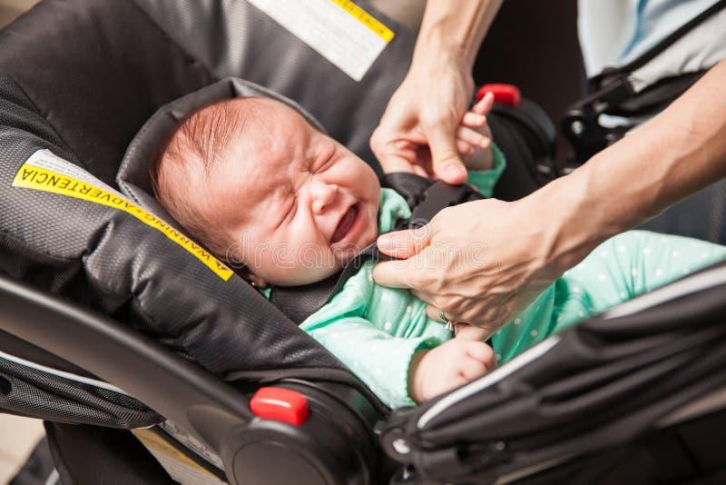 Φωνάζοντας μωρό που δένεται σε έναν περιπατητή στοκ εικόνα με δικαίωμα ελεύθερης χρήσης
