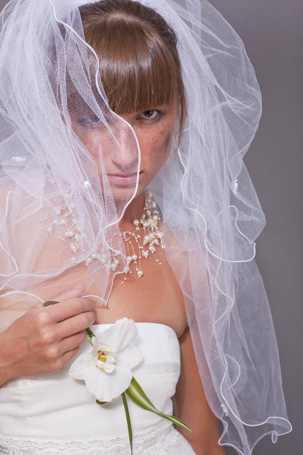Φωνάζοντας νύφη κάτω από το άσπρο πέπλο στοκ φωτογραφίες με δικαίωμα ελεύθερης χρήσης