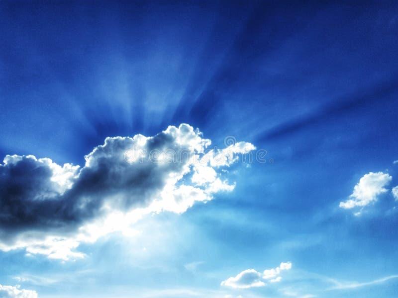 Φως από τον ήλιο πίσω από τα σύννεφα r Κλίση Χρησιμοποιημένος ως εικόνα υποβάθρου r Ευρύ υπόβαθρο στοκ φωτογραφία με δικαίωμα ελεύθερης χρήσης