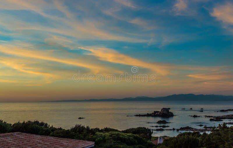 Φως βραδιού στην παραλία της Σαρδηνίας στοκ φωτογραφία με δικαίωμα ελεύθερης χρήσης
