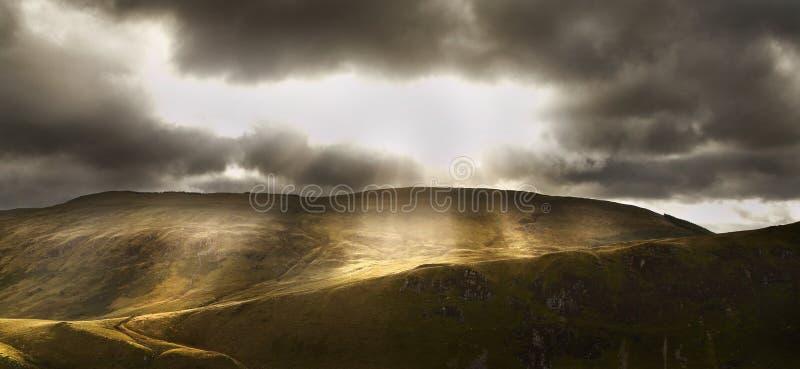 Φως εκρήξεων φωτός του ήλιου επάνω στο βουνό στοκ εικόνα με δικαίωμα ελεύθερης χρήσης