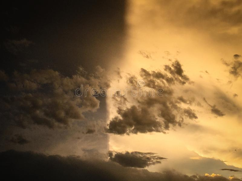 Φως εναντίον Σκοτάδι στα σύννεφα στοκ εικόνες