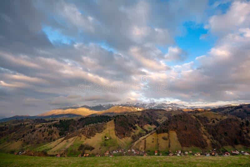 Φως ηλιοβασιλέματος πέρα από τα Καρπάθια βουνά στη Ρουμανία, χειμώνας στα βουνά Bucegi στοκ φωτογραφίες