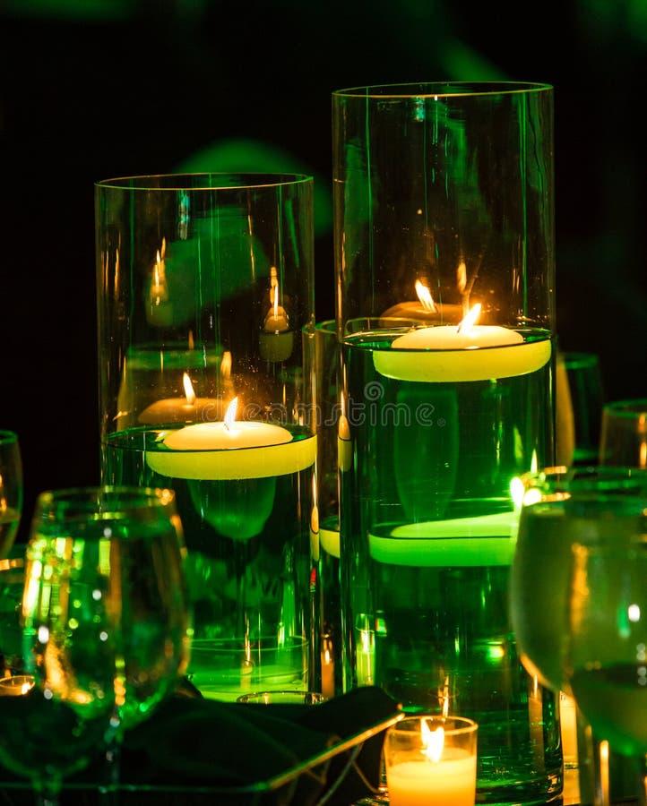 Φως κεριών που λούζεται σε πράσινο για την ημέρα του ST Πάτρικ ` s στοκ φωτογραφίες