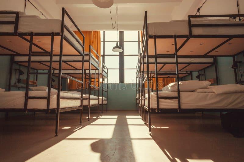 Φως μέσα στην κρεβατοκάμαρα ενός ξενώνα νεολαίας με τα κρεβάτια κουκετών για τους κοιμισμένους τουρίστες και τους σπουδαστές στοκ εικόνες