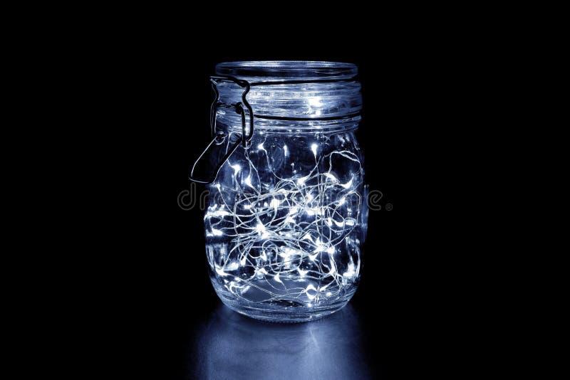 Φως νεράιδων σε ένα βάζο γυαλιού, που απομονώνεται στο μαύρο υπόβαθρο στοκ φωτογραφία με δικαίωμα ελεύθερης χρήσης