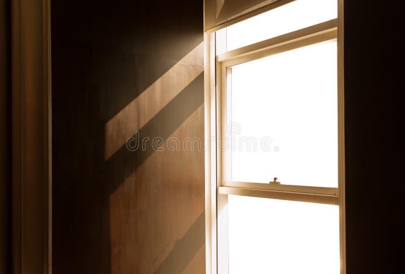 Φως παραθύρων: Φως του ήλιου που έρχεται κατευθείαν από το παράθυρο στοκ εικόνες