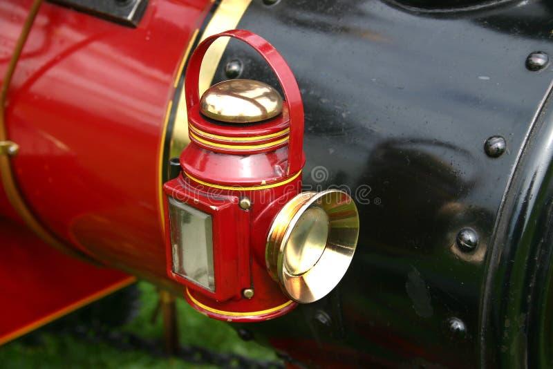 Φως που εγκαθίσταται για να ξελεπιάσει την πρότυπη τροφοδοτημένη ατμός μηχανή έλξης στοκ εικόνες