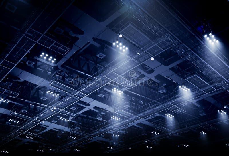Φως σημείων στην εσωτερική στέγη της αίθουσας έκθεσης στοκ φωτογραφία