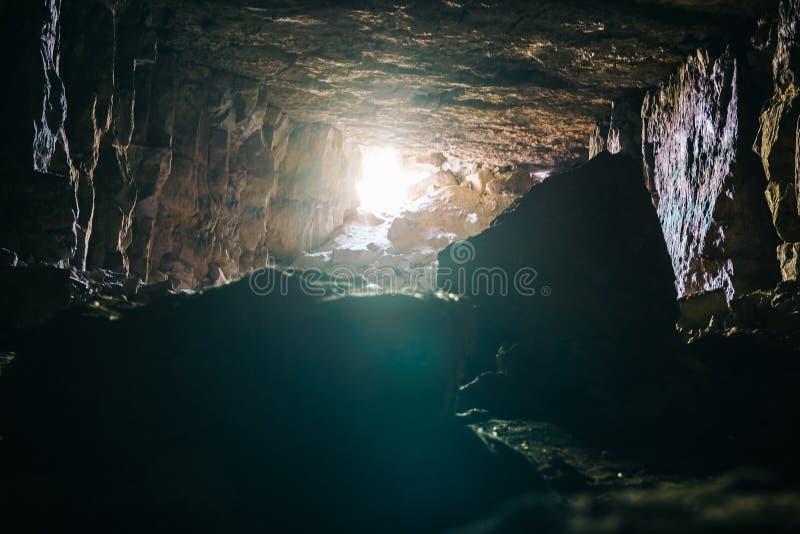 Φως στη σκοτεινό σήραγγα ή το διάδρομο του υπόγειας ορυχείου ασβεστόλιθων μεταλλεύματος ή της σπηλιάς ή του βιομηχανικού μπουντρο στοκ εικόνες με δικαίωμα ελεύθερης χρήσης