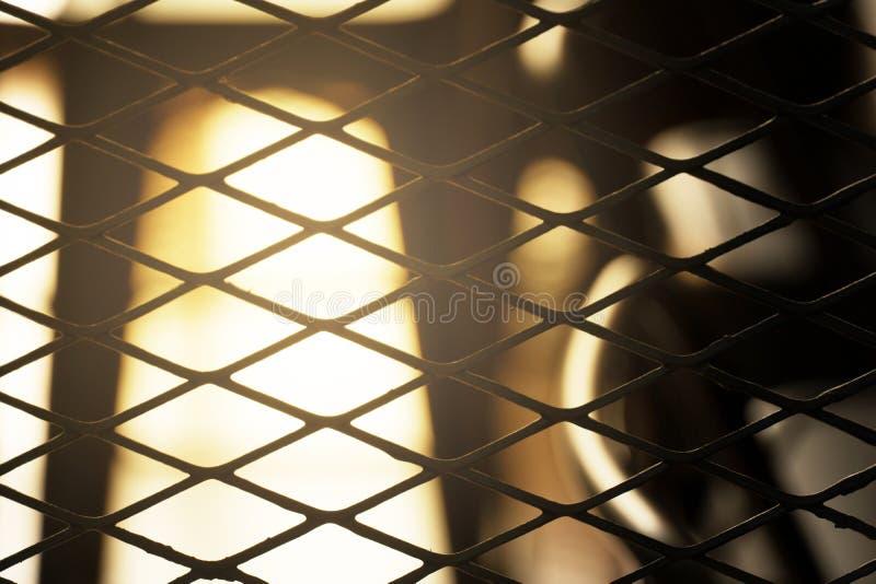 Φως στο μαύρο μετάλλων καθαρό εσωτερικό αφηρημένο υπόβαθρο σοφιτών grunge βιομηχανικό στοκ εικόνες με δικαίωμα ελεύθερης χρήσης