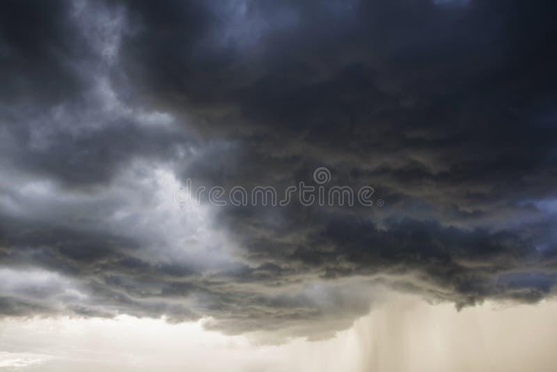 Φως στο σκοτεινό και δραματικό υπόβαθρο σύννεφων θύελλας στοκ φωτογραφία με δικαίωμα ελεύθερης χρήσης